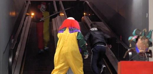 Budete se bát: Tyto dva klauny byste v metru potkat nechtěli