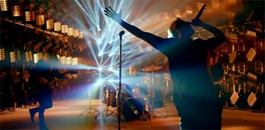 Imagine Dragons vás nabijí energií v intenzivní záři klipu Gold