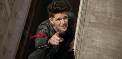 Frontman kapely The Script balancuje ve výšce na tenkém drátě v klipu Man on a Wire