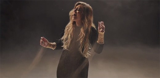 Ella Henderson se rozsypává na hromadu písku v klipu Mirror Man