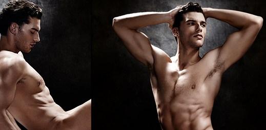 Aurélien Muller pózuje úplně nahý v reklamní kampani bot značky Brian Atwood