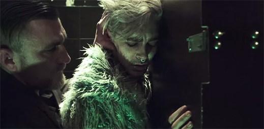 Bill z kapely Tokio Hotel se zaprodává muži kvůli drogám v klipu Feel It All