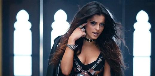 Bebe Rexha je poslána do školy pro divné na převýchovu v klipu I'm Gonna Show You Crazy