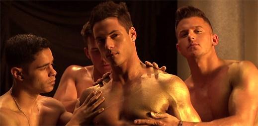 Andrew Christian: Sexy nazí kluci se vzájemně potírají zlatou barvou ve videu Trophy Boy GOLD