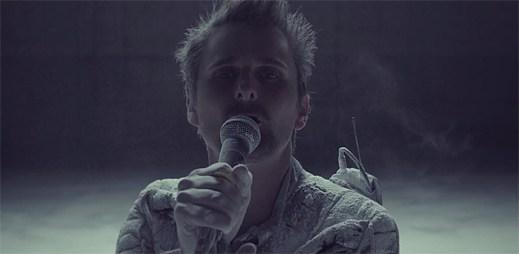 Muse v klipu Dead Inside hlídají droni