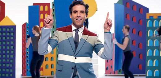 Gay MIKA v klipu Talk About You buduje barevné město
