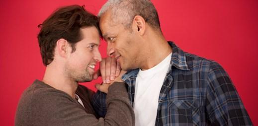 Rusko 8%. Česko 35%. Anglie 86%. Podle nejnovějšího výzkumu Česko v toleranci gayů stále pokulhává!