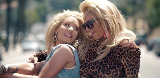 Britney Spears a Iggy Azalea v zábavně střeleném retro klipu Pretty Girls
