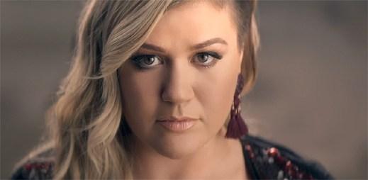 Kelly Clarkson dodává sílu spoutaným dívkám v klipu Invincible
