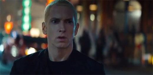 Eminem jako akční hrdina se snaží dostat na koncert v klipu Phenomenal