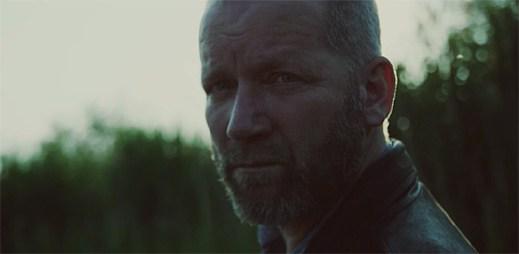 David Koller silným příběhem lásky klipu Gypsy Love boří předsudky vůči Romům