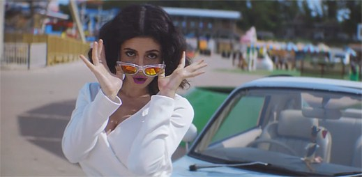 Marina and the Diamonds se přijela pobavit na pouť v klipu Blue