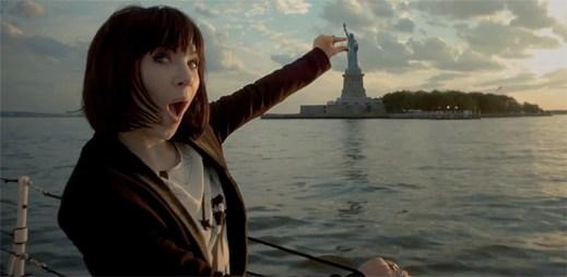 Carly Rae Jepsen cestuje po světě v chytlavém klipu Run Away With Me