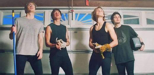 Kluci z kapely 5 Seconds Of Summer nechtějí jen tak snadno dospět v klipu She's Kinda Hot