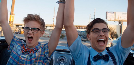 Jack and Jack jako dva mladí nerdi si plní své sny v klipu California