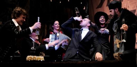 Tip na divadlo: Představení pro nezadané gaye a lesby v Divadle Rokoko