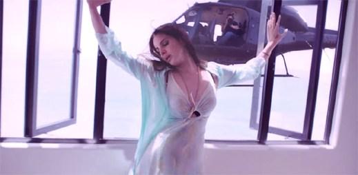 Lana Del Rey sestřeluje vrtulník, který ji šmíruje v klipu High By The Beach