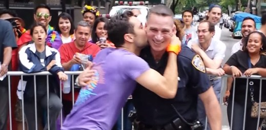 Skutečný policista se na okamžik zapojil do průvodu homosexuálů a zatančil si také. Je z toho senzace