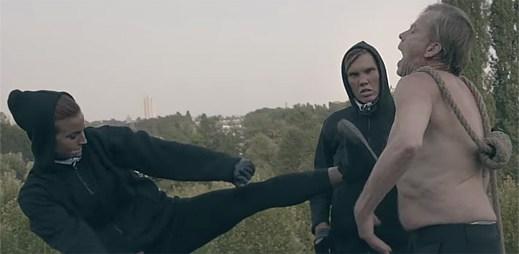 Avicii vydal najednou dva klipy For A Better Day a Pure Grinding o obchodu s bílým masem a boje gangů