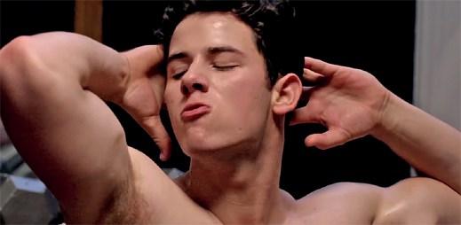 Nick Jonas si zahrál gaye v novém seriálu Scream Queens, ve kterém ukázal své sexy tělo