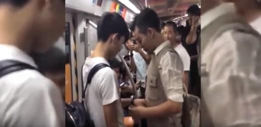 I přes odpor a nadávky se dva Číňané zasnoubili. A rovnou před lidmi za jízdy v metru