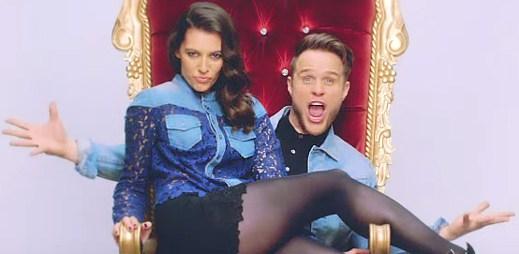 Olly Murs si užívá nevšední den se svou přítelkyní v klipu Kiss Me