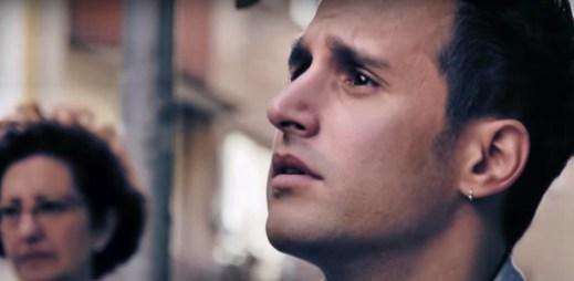 Sociální experiment: Španělé překládají dopis pro gay pár od homofobního majitele hotelu