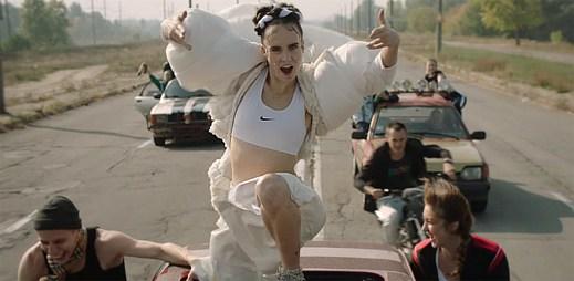 Dánská zpěvačka MØ natočila klip Kamikaze v nebezpečném městě Kyjev