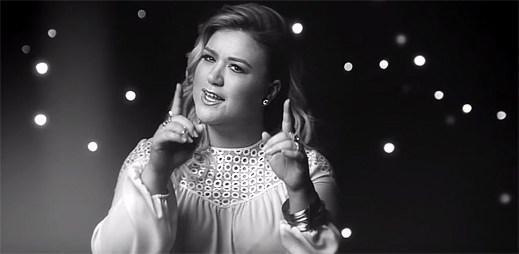 Kelly Clarkson prožívá vztah malé holčičky s otcem v klipu Piece By Piece