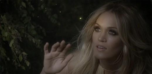 Carrie Underwood se ocitá v tajemném lese plném světlušek v klipu Heartbeat