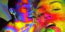 Miley Cyrus je v novém klipu Lighter zahalena pouze do kaleidoskopické projekce