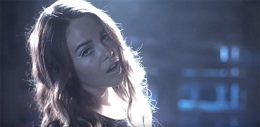 Lily Elise prožívá odloučení od svého přítele v klipu Taken