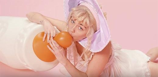 Miley Cyrus se mění ve velké batole v klipu BB Talk