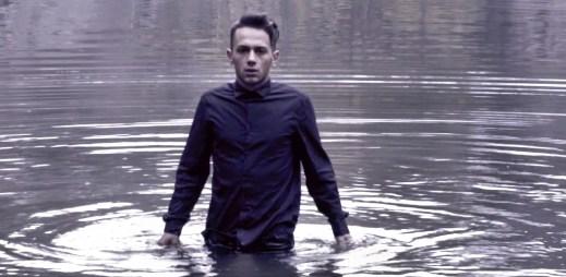 Jan Bendig natočil klip Me Tut Užarav, který je o lásce, zradě i smrti