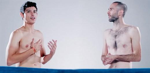 Sociální experiment: Jak na sebe zareagují kamarádi, když se uvidí poprvé nazí?