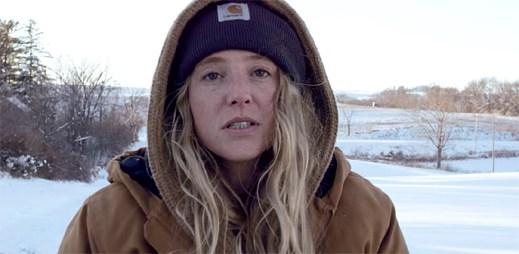 Lissie si na zasněžené farmě krátí svůj den v klipu Don't You Give Up On Me