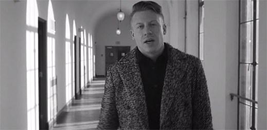Macklemore rapuje v klipu Kevin o svém příteli, který se předávkoval léky