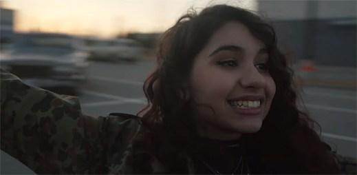 S klipem Wild Things od Alessia Cara se budete chtít vrátit do teenagerských let
