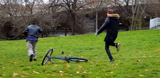 To je hustý: Podívejte se, jak vám v Praze ukradnou kolo za bílého dne