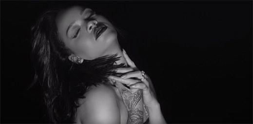 Rihanna odhaluje své nahé tělo v klipu Kiss It Better