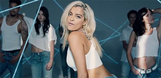 Bebe Rexha a Nicki Minaj hází své starosti za hlavu v klipu No Broken Hearts