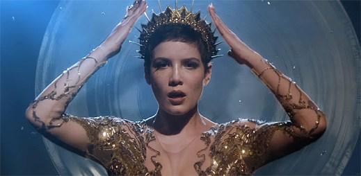 Halsey jako nebezpečná princezna v klipu Castle