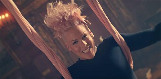 Pink se ocitá v říši divů s klipem Just Like Fire
