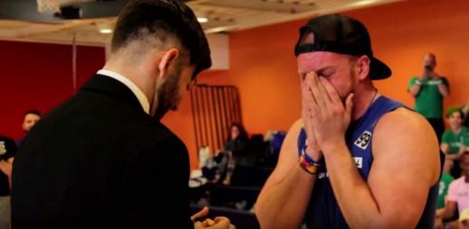 Gay video: Mike překvapil svoji lásku Angela nečekanou žádostí o ruku