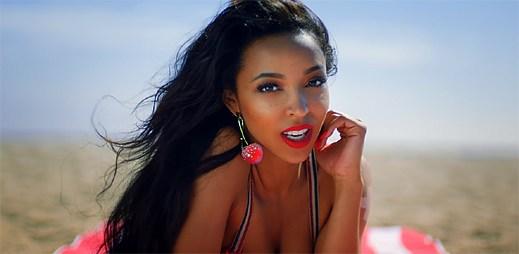 Tinashe zachraňuje tonoucí sexy muže v klipu Superlove