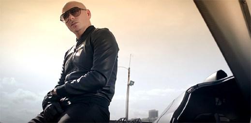 Pitbull v pouličních závodech projíždí celé Miami v klipu Greenlight