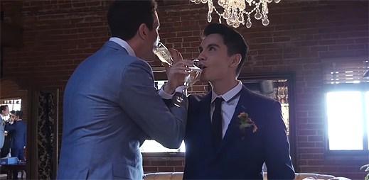Gay youtubeři Sam Tsui a Caseye Brevese se vzali. Ze svého velkého dne natočili hudební videoklip