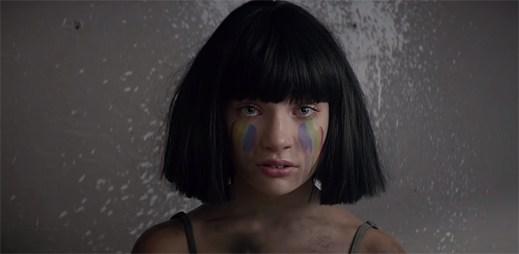 Sia v klipu The Greatest vzpomíná na tragickou událost v gay klubu v Orlandu
