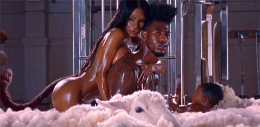 Kanye West v klipu Fade proměňuje umělkyni v kočku