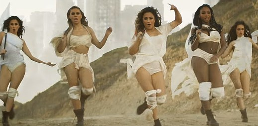 Fifth Harmony v katastrofickém klipu That's My Girl zachraňují přeživší